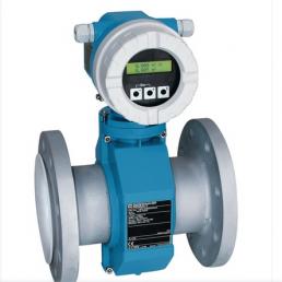 Proline Promag 10P d'Endress Hauser pour les applications avec liquides corrosifs et températures de produit élevées dans l'industrie chimique et l'industrie de process